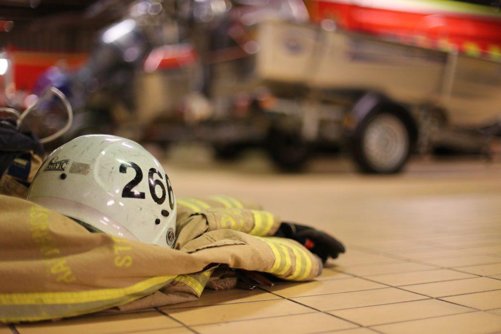 Brandmän går D-HLR insatspersonal.